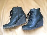 Ladies women green boots, Size 5