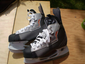 EASTON BOYS HOCKEY SKATES  SIZE  4 MINT  USED ONCE ONLY