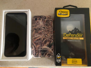 New I phone 7 32gb with two new cases, in box with all accessori
