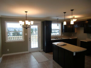 Beautiful & bright 3 bedrooms main floor close to all amenities