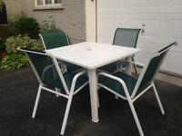 Table de patio avec chaise