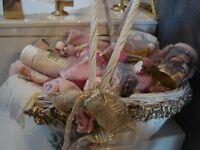 Beau panier en osier blanc avec serviettes et produits de beauté
