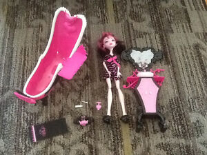 MONSTER HIGH DRACULAURAS POWDER ROOM PLAYSET WITH DOLL