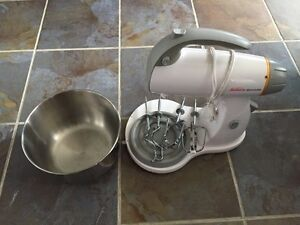 Sunbeam Mixmaster with large bowl, beaters and dough hooks