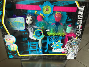 New! Monster High Skulltimate Sciene Class Playset with doll