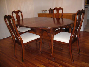 Queen Anne Style Dining Table and 4 Chairs Sarnia Sarnia Area image 1