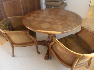 Vintage- wood table with 4 chairs / table en bois avec 4 chaises