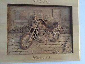 Moto Suzuki Savage, sculpture sur bois