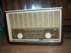 1958 GRAETZ BARONESS MODEL 610 RADIO