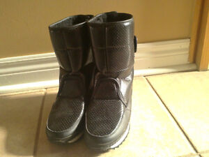 Women's black faux fur lined winter boots Size 7 London Ontario image 2