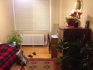Female roommates down town $340, 1er July