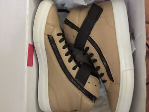 Selling a pair of Aldo zipper high top shoes