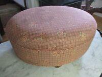 ancien pouf en bois et tapisserie