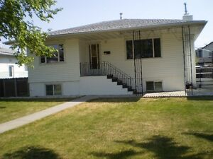 WOW! QUIET - RENFREW - 2 BEDRM MAIN FLR HOUSE INCL UTIL.
