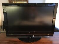 LG32 7000 - 32 inch LCD with wall bracket