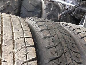 Un ensemble de pneus blizzak 205/65R15