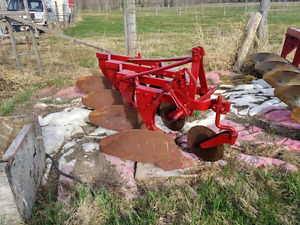 4 arrow Massey Ferguson Plow in excellent condition