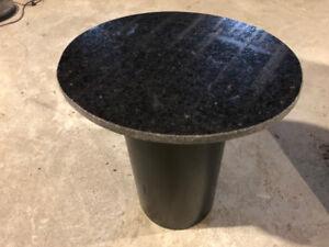 Table avec dessus en granit et base en bois parfait pour salon