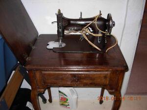 Machine à coudre et meuble antique