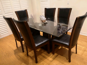 Beautifull Glass table with 6 chairs.