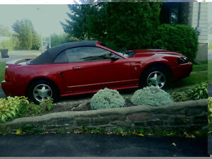 Mustang 6 cilindres rouge convertible