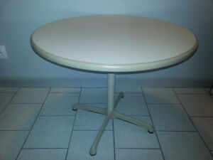 "Round commercial table (beige) in very good condition - 36"" in d"