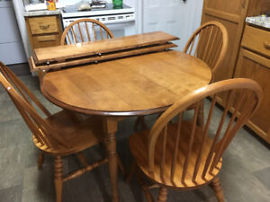 Maple table 2extensions 4 chairs good condition 400neg
