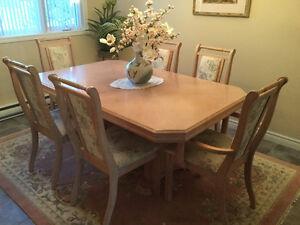 Table et chaises en chêne 418-832-9466