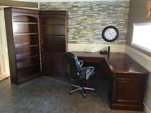 Bureau de travail avec deux étagères