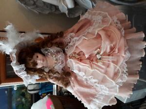 poupée de sur un lit