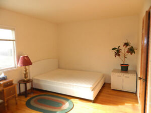 ★# VERY LARGE, SUNNY BEDROOM IN DELUXE HOME. All Inclusive !! #★
