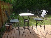 Ensemble d'une table bistro avec deux chaises