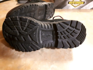 $40 Size 8 lightweight steel toed non-slip shoes. NEVER WORN