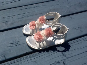Toddler size 8 girls sandals with zip (like new)