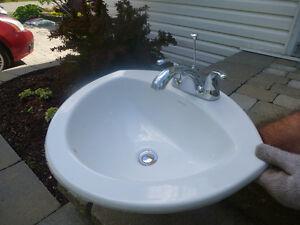 ensemble lavabo et robinetterie salle de bain