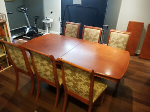 Table w/6 chairs and 2 extensions - Solid Wood - Very Good Cond.