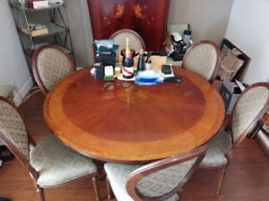 Henredon Dinning Table with 6 Chairs in amazing condition!