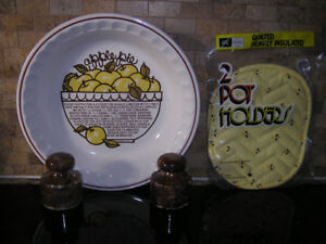 New Unused Deep Dish Apple Pie Plate + Matching Pot Holders