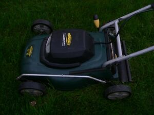 Excellent condition Yardworks 8A / 14-in Electric Lawn Mower