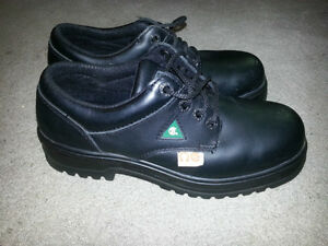 TERRA CSA APPROVED STEEL TOE WORK SHOES USED ONLY ONCE. ONLY 29$