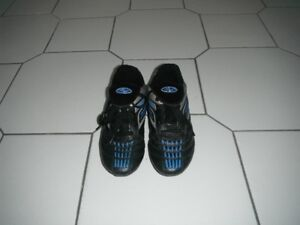 boy big sz 5 soccer shoes NEW