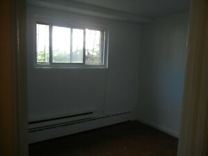 Belle 3 1/2 appartement renover en demi- sous-sol