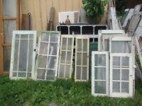 Rare fenêtres antiques à petits carreaux, portes, bois de grange