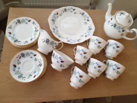 22 piece China tea set: tea pot, sugar bowl, cake plate