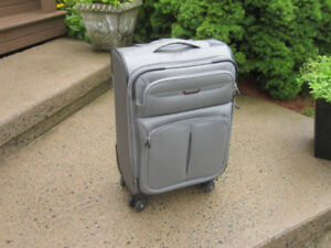 "Spinner Carry-on Suitcase/Luggage (Ricardo) ""NEW"""