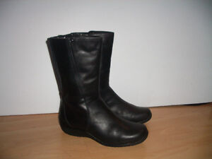""""""""""" BLONDO """""""" - near NEW winter boots -- fit for size 8 -8.5 US"""