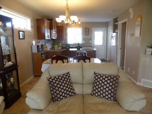 PRIDE OF OWNERSHIP IN THIS IMMACULATE KENTWOOD DUPLEX!