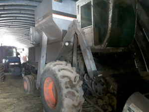 1984 Gleaner L3 Combine with 3 head Ready to get your beans off!