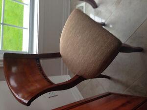 4 chaises en bonne condition couleur cognac a prix sacrifice..
