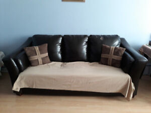 beau canapé 3places propre confo65$possibilite de livraison